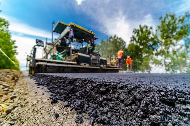 Duży widok na maszyny drogowe pracujące na budowie nowej drogi.