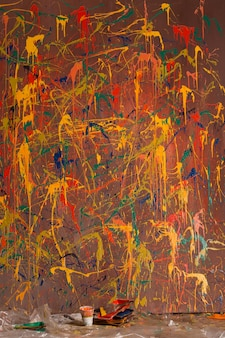 Duży, wielokolorowy obraz namalował abstrakcję