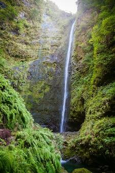 Duży wodospad na końcu lewady