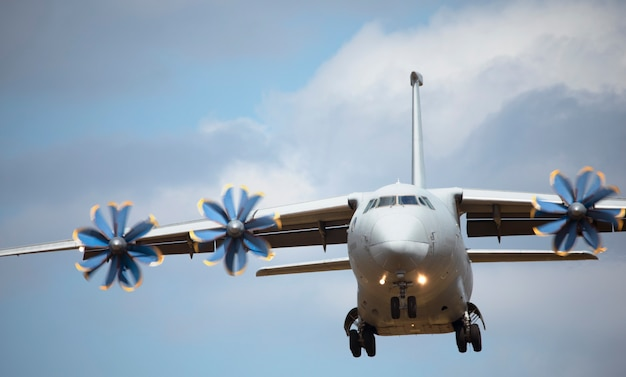 Duży wojskowy samolot transportowy na niebie. zbliżenie.