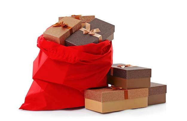 Duży worek świętego mikołaja i pudełka na prezenty na białym tle