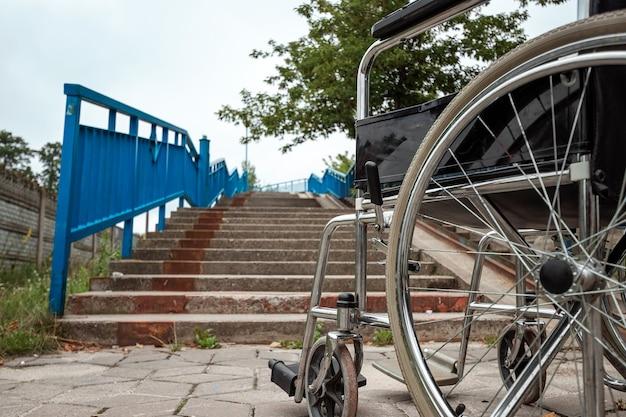 Duży wózek inwalidzki. koncepcja wózka inwalidzkiego, osoba niepełnosprawna, pełne życie, sparaliżowana, osoba niepełnosprawna.