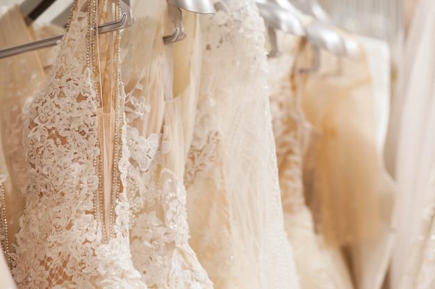 Duży wybór sukienek w salonie ślubnym.
