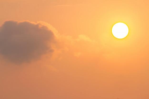 Duży zachód słońca w mieście