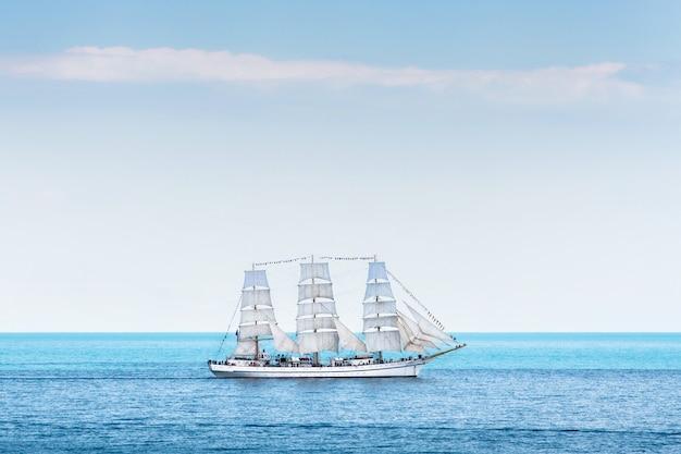 Duży żaglowiec z trzema masztami na morzu