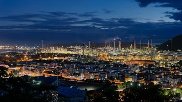 Duży zakład rafinerii ropy naftowej