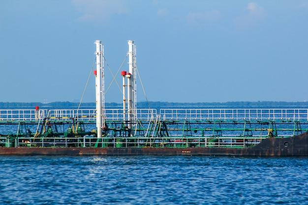 Duży zbiornikowiec na środku morza.