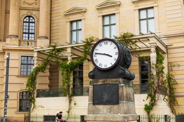 Duży zegar analogowy na ulicy miasta. miasto na zewnątrz.