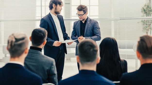 Duży zespół biznesowy omawiający nową strategię na spotkaniu roboczym. biznes i edukacja