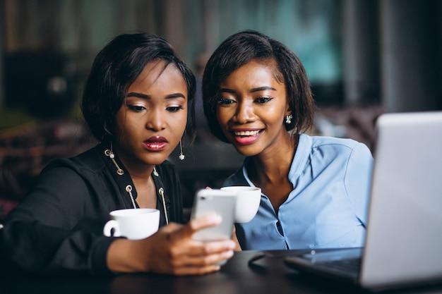 Dwa afro amerykańskiej kobiety biznesu w kawiarni