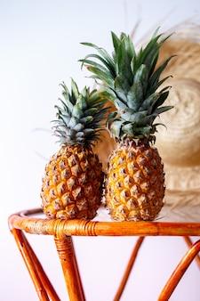 Dwa ananasy na szklanym stole
