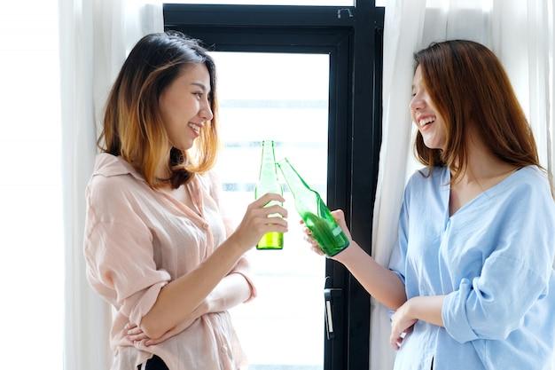 Dwa azjatykciej kobiety pije piwo przy przyjęciem