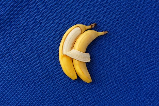 Dwa banany leżą obok siebie i przytulają się jak ludzie.