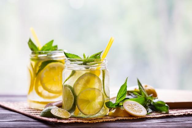 Dwa banki lemoniady z cytryny i limonki