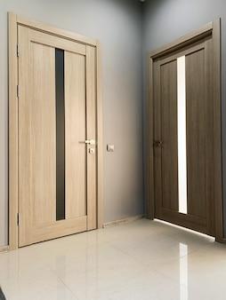 Dwa beżowe drzwi do sypialni w domu