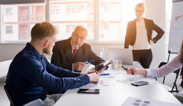 Dwa biznesmen omawia projekt w spotkaniu