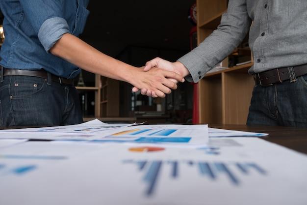 Dwa biznesmena ludzie trząść ręki z robić transakci, ludzie biznesu trząść ręki.