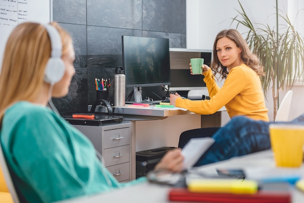 Dwa biznesowa kobieta opowiada w biurze