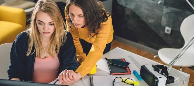 Dwa biznesowa kobieta pracuje przy biurem