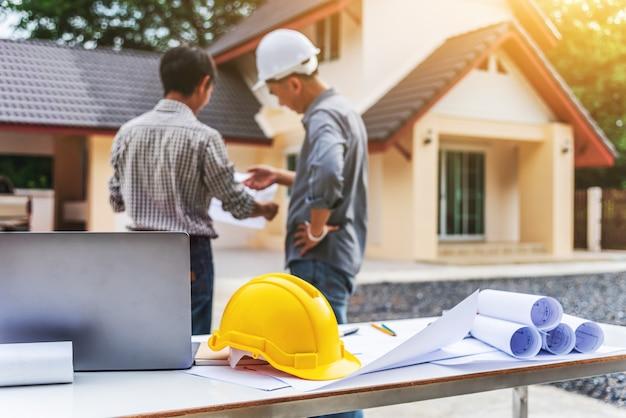 Dwa biznesowego mężczyzna fachowego inżyniera pracownik przy domowym budynkiem.