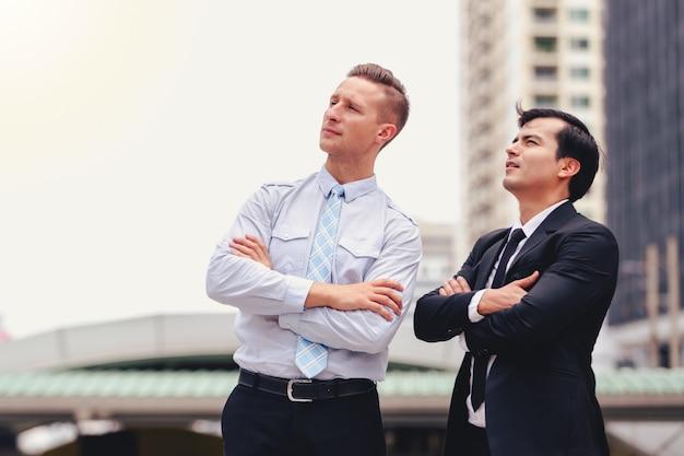 Dwa biznesowego mężczyzna stoi patrzeć w mieście