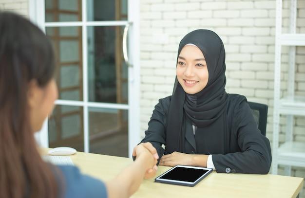 Dwa bizneswomanów muzułmański sukcesu spotkanie