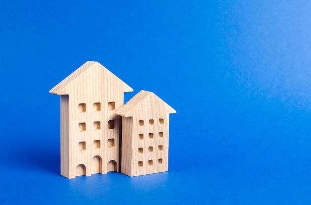 Dwa budynki mieszkalne stoją na niebiesko