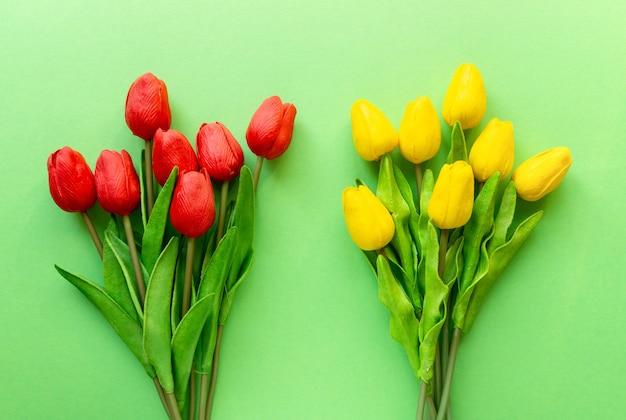 Dwa bukiety czerwonych i żółtych tulipanów, widok z góry.