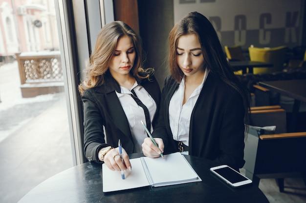 Dwa businesswomen w kawiarni