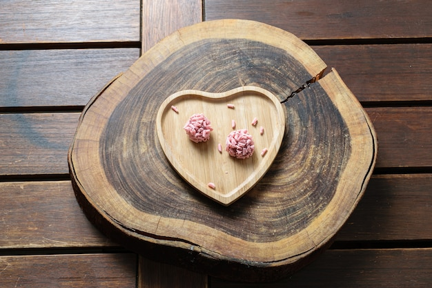 Dwa ciasta brygady na drewnianej desce