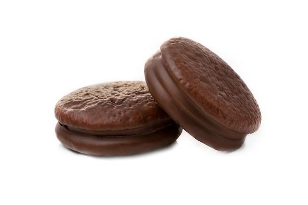 Dwa ciasteczka w zbliżenie czekoladowe ciasto czekoladowe na białym. odosobniony