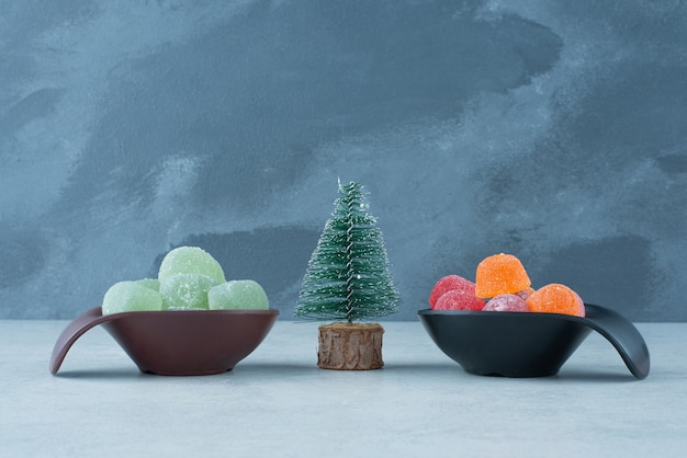 Dwa ciemne talerze marmolady cukrowej z choinką. wysokiej jakości zdjęcie