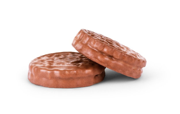 Dwa czekoladowe ciasteczka na białym tle