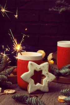 Dwa czerwone kubki z kawą i piankami