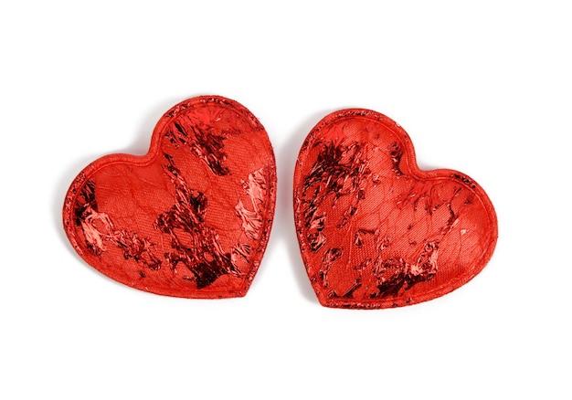 Dwa czerwone tekstylne małe serca na białym tle, świąteczne tło, widok z góry