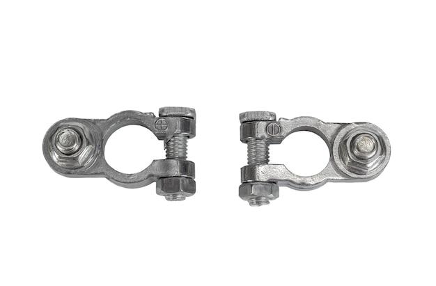 Dwa dodatnie i ujemne metalowe złącze zaciskowe akumulatora samochodowego na białym tle