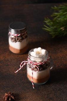 Dwa domowe prezenty świąteczne do robienia napoju czekoladowego.