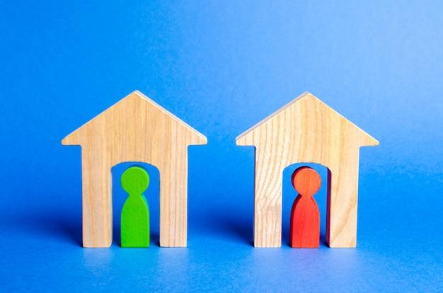 Dwa drewniane domy z sąsiadami w środku.