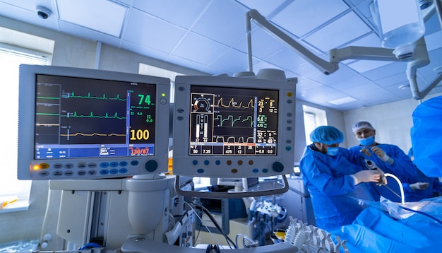 Dwa ekrany na sali operacyjnej. urządzenia medyczne, koncepcja projektowania wnętrz szpitala. wnętrze sali operacyjnej w nowoczesnej klinice, monitor z zbliżeniem badań