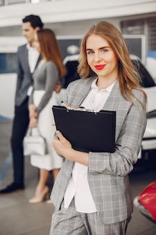 Dwa elegancka kobieta w samochodowym salonie