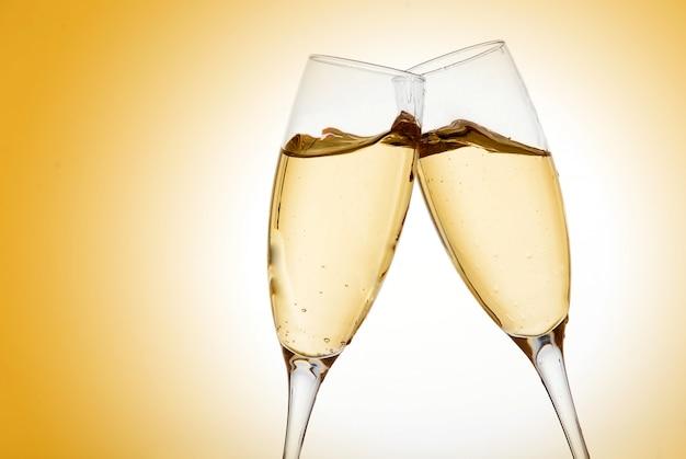 Dwa eleganckie kieliszki do szampana