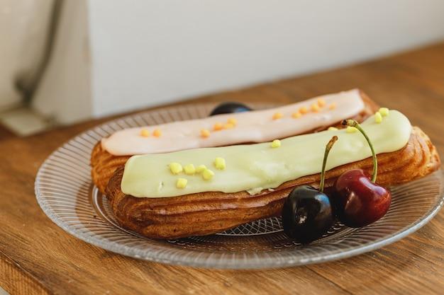 Dwa francuskie ciastko eclair w talerzu