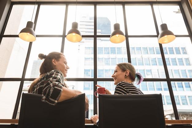 Dwa freelance pracuje w kawiarni, nomad pracownik konceptualny