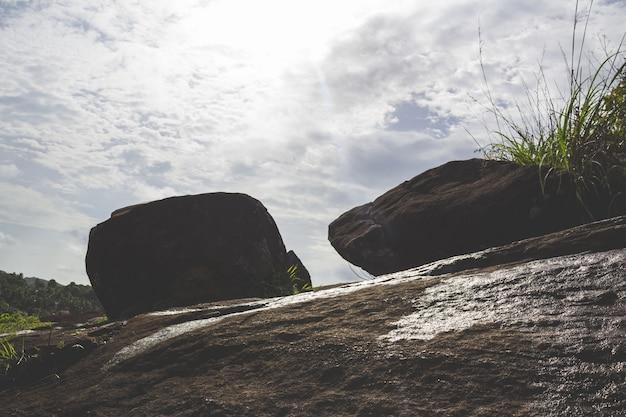 Dwa głazy na szczycie wzgórza