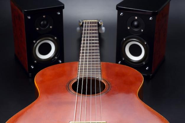 Dwa głośniki stereo i klasyczna gitara akustyczna