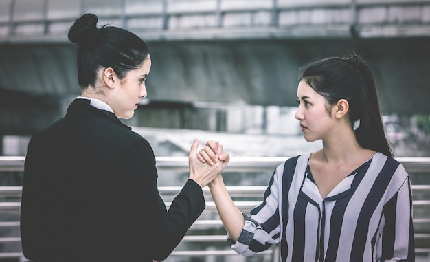 Dwa gniewna biznesowa kobieta z ręka zapaśniczym konfliktem