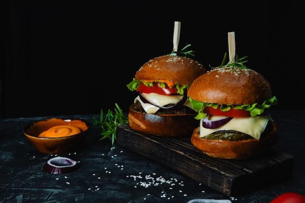 Dwa hamburgery domowej roboty z sosem