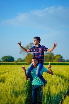 Dwa indyjski wiejski brat bawić się przy polem