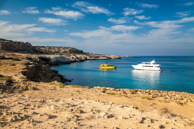 Dwa jachty w lagunie na cyprze