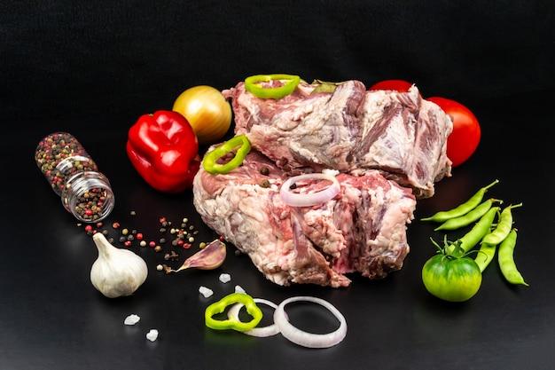 Dwa kawałki dużego surowego mięsa